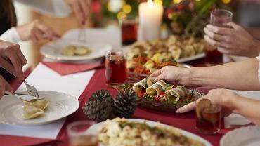 Które dania podawać na wigilii najpierw? Komu serwować jako pierwszemu? Ekspertka wyjaśnia