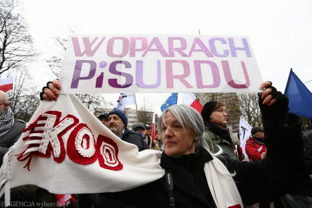 Pikieta KOD-u pod Sejmem (fot. Adam Stępień / Agencja Gazeta)