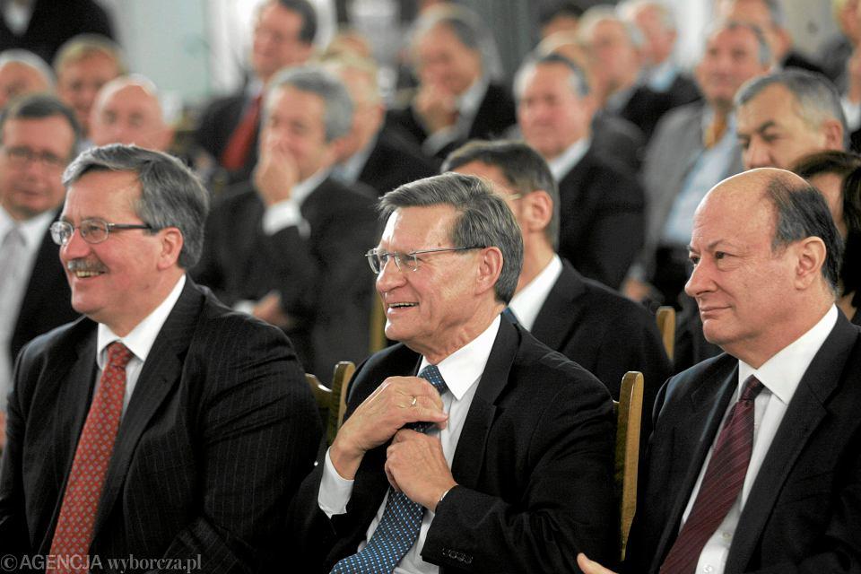 Obchody 20-lecia ogłoszenia 'planu Balcerowicza' w grudniu 2009 roku. Od lewej, w pierwszym rzędzie: Bronisław Komorowski (wówczas marszałek Sejmu, później Prezydent RP), Leszek Balcerowicz i Jacek Rostowski (minister finansów w rządzie Platformy Obywatelskiej.