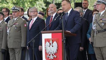 Prezydent RP Andrzej Duda, szef MON w rządzie PiS Antoni Macierewicz i oficjele na trybunie. Święto Wojska Polskiego, Warszawa, 15 sierpnia 2017