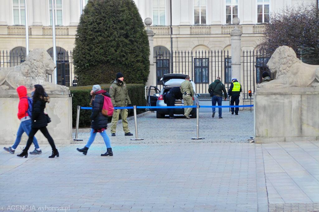 -Prba sforsowania bramy Palacu Prezydenckiego
