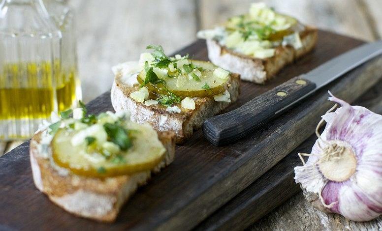 Kulinarna propozycja Marco Ghia na pyszne śniadanie, czyli chrupiąca bruschetta z gorgonzolą i gruszką