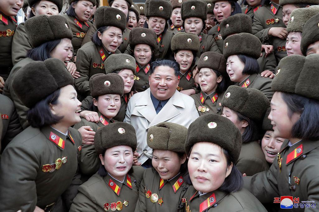 Kim Dzong Un w towarzystwie żołnierek Koreańskiej Armii Ludowej