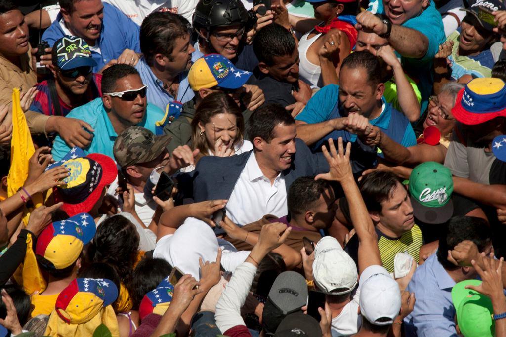 Juan Guaido, przywódca opozycji, który dziesięć dni temu ogłosił się prezydentem, pozdrawia swoich zwolenników na demonstracji w Caracas, 2 lutego 2019 r.