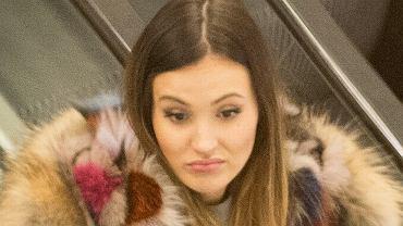 Papparazzo w czwartek zrobił zdjęcia Marinie Łuczenko, gdy spacerowała w towarzystwie swojej mamy po centrum handlowym w Warszawie. Narzeczona Wojciecha Szczęsnego zadbała o to, by prezentować się stylowo i... kosztownie. Tego dnia miała na sobie buty i parkę o łącznej wartości ok. 20 tysięcy złotych. Zobaczcie, jak się prezentowała.