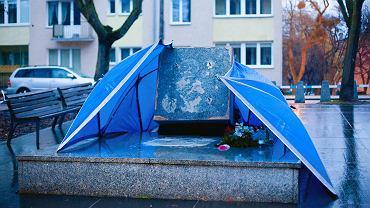 Obalony w nocy pomnik ks. Henryka Jankowskiego, oskarżanego o pedofilię, byłego kapelana Solidarności. Gdański21 lutego 2019