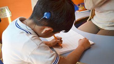 Dzieci niesłyszące od urodzenia, którym wszczepiono implant na wczesnym etapie rozwoju, mogą prawidłowo się rozwijać