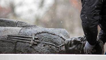 Zwolennicy oskarżanego o pedofilię ks. Jankowskiego blokują wywiezienie jego pomnika (trzech mężczyzn obaliło monument zeszłej nocy). Gdańsk 21 lutego 2019