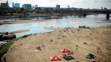Przy niskim stanie Wisła odsłania więcej plaży. Dla mieszczuchów - atrakcja, dla rolników - katastrofa