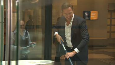 Premier Holandii w parlamencie wytarł mopem rozlaną kawę