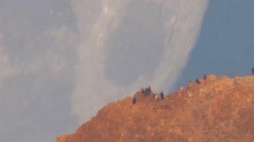 Księżyc zachodzący za wulkanem Teide na Teneryfie