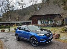 Opinie Moto.pl: Opel Grandland X Hybrid 4 - napędzają go trzy silniki, rozpędza się jak luksusowa limuzyna