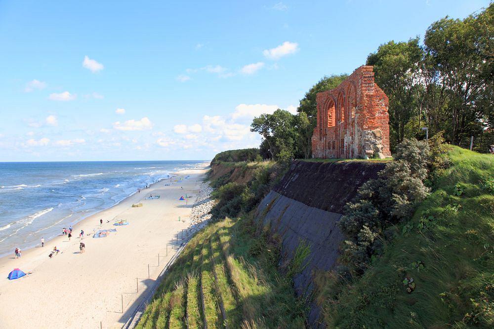 Polskie plaże - Trzęsacz. Trzęsacz słynie z ruin kościoła katolickiego, który stoi na regularnie podmywanej przez fale skarpie. Zabytek można zobaczyć od frontu z wysokiej na 20 metrów platformy widokowej.