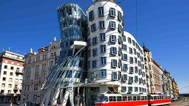 Architektura ma dziś charakter nie narodowy,  lecz globalny. Tańczący dom w Pradze to budynek projektu międzynarodowej pary architektów: Vlada Milunicia  i Franka Gehry'ego