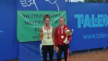 Aleksandra Buczyńska (z lewej) z pucharem Młodzieżowych Mistrzostw Polski