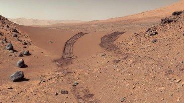 Marsjańskie wydmy a na nich ślady kół łazika (fot. NASA/JPL-Caltech/MSSS / go.nasa.gov/1IO46oL / public domain)