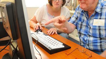 Seniorzy też korzystają z komputerów