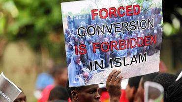 """Wczorajsza manifestacja w Lagosie, na plakacie kadr z filmu z uczennicami porwanymi z Chibok i hasło: """"Nawracanie siłą jest w islamie zakazane"""""""