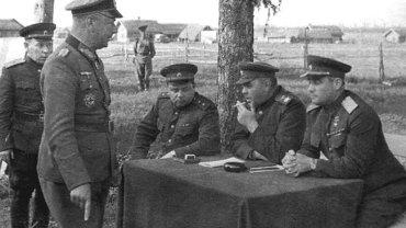 Przesłuchanie generała Alfonsa Hittera. Radziecki generał Iwan Czerniachowski pierwszy z prawej
