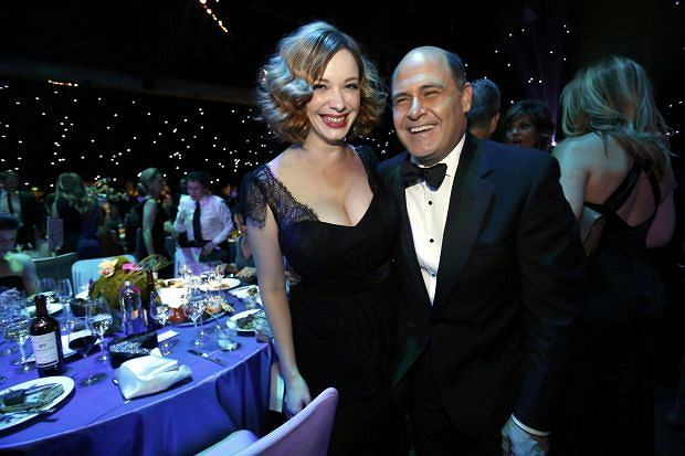 """Mad Men"" creator Matthew Weiner (R) with ""Mad Men"" actress Christina Hendricks pose at the Governors Ball for the 65th Primetime Emmy Awards in Los Angeles September 22, 2013.  REUTERS/Mario Anzuoni (UNITED STATES  Tags: ENTERTAINMENT)(EMMYS-BALL)"