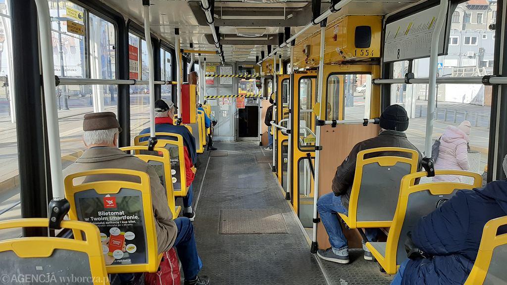Łódź. Pasażerka tramwaju powiedziała, że może mieć koronawirusa. Trzy osoby uciekły oknem (zdjęcie ilustracyjne)
