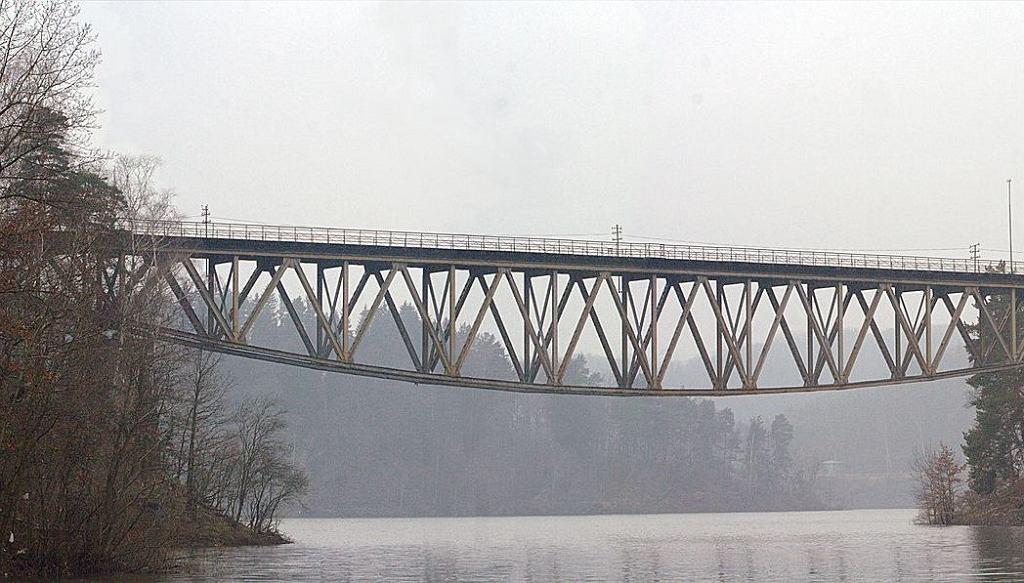 Zabytkowy most nad Jeziorem Plichowickim