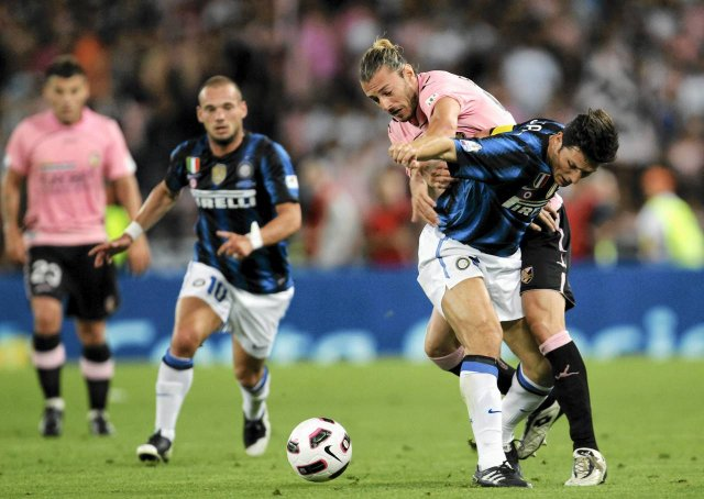Inter Milan's Javier Zanetti (R) fights for the ball with Federico Balzaretti (2nd R) of Palermo during their Italian Cup final soccer match at the Olympic stadium in Rome May 29, 2011.  REUTERS/Giampiero Sposito (ITALY - Tags: SPORT SOCCER)