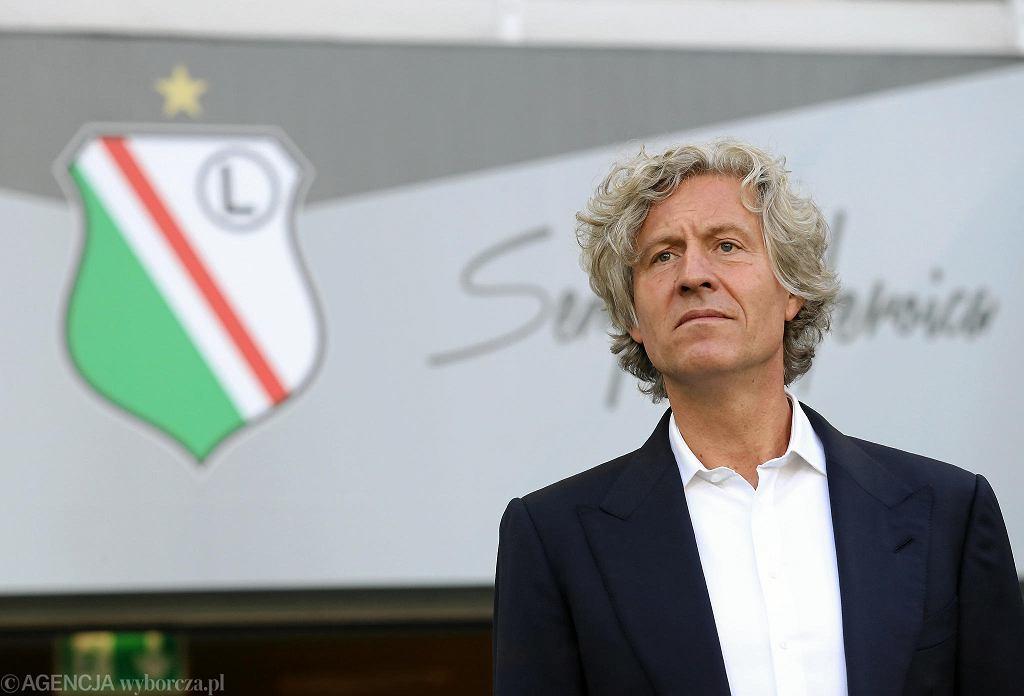Legia obniża i zamraża pensje piłkarzy. Po kieszeni dostanie też 400 pracowników. Na zdjęciu Dariusz Mioduski.