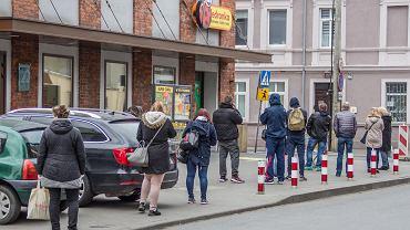 Koronawirus. Kolejka przed Biedronką przy ul. Kościuszki w Bydgoszczy