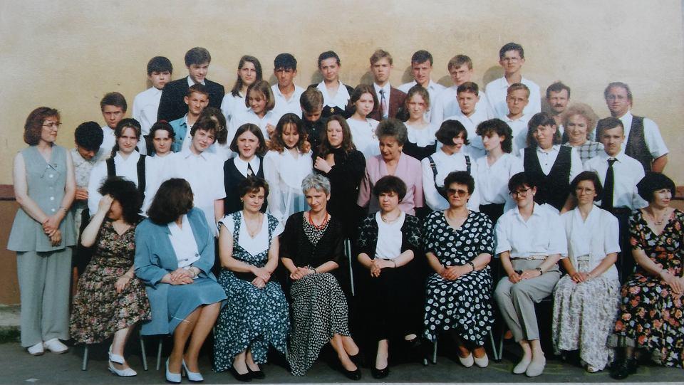 Czerwiec 1996 r. Pamiątkowe zdjęcie VIIIa z nauczycielami. Paweł Malmon pierwszy z prawej w drugim rzędzie od góry