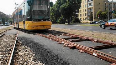Na Grójeckiej tramwaje dwukierunkowe przejeżdżają z toru na tor