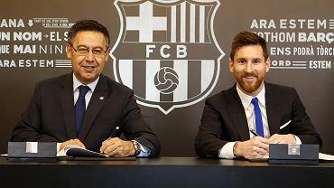 Josep Maria Bartomeu i Leo Messi w 2017 r. podczas podpisywania nowego kontraktu, obowiązującego do 2021 r.