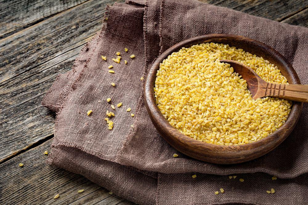 Kasza bulgur uzyskiwana jest z pszenicy, głównie z odmian Triticum durum.