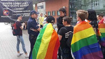 Interwencja policji na deptaku przy ul. Półwiejskiej, gdzie spotkali się działacze fundacji Pro - Prawo do życia i Grupy Stonewall