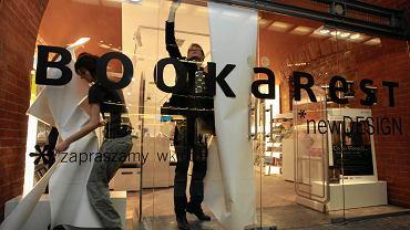Stary Browar w Poznaniu oficjalnie został otwarty 5 listopada 2003 r., a jego druga część - 11 marca 2007 r.  Centrum handlu i sztuki powstało w miejscu browaru Huggerów i stało się jednym z symboli Poznania. Obchody jubileuszu 15-lecia Stary Browar rozpoczął 5 września 2018. Na zdjęciu: otwarcie nowej siedziby księgarni Bookarest - 12 lutego 2010
