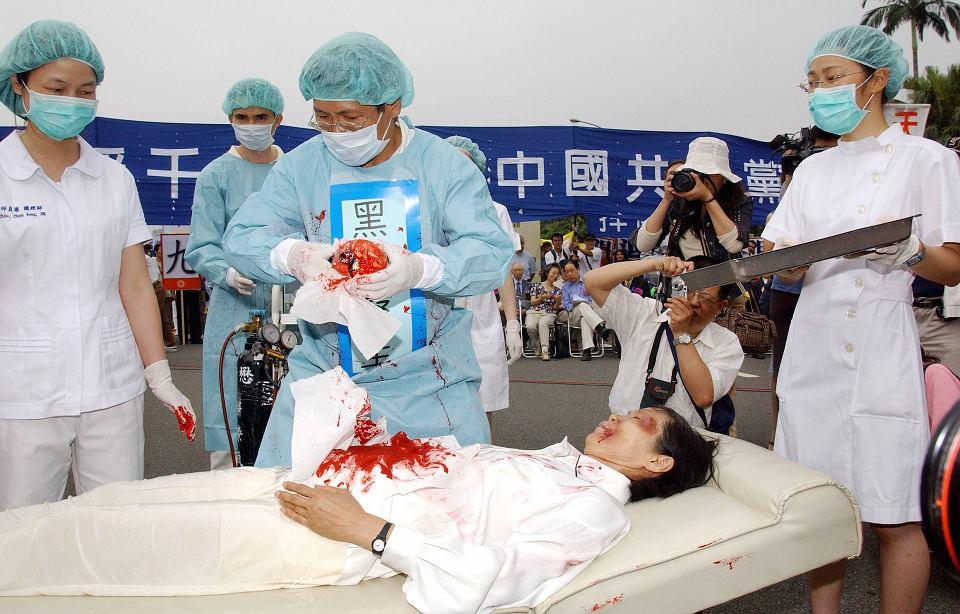 Happening członków Falun Gong podczas protestu przeciwko praktykom chińskich władz, które masowo pobierały organy od uwięzionych członków tego stowarzyszenia medytacyjnego, zdelegalizowanego w 1999 r. Tajpej, 23 kwietnia 2006 r.