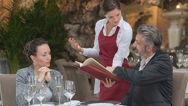Obowiązujące przepisy prawa nie zabraniają przedsiębiorcy pobierania opłat za usługę gastronomiczną - tzw. serwis
