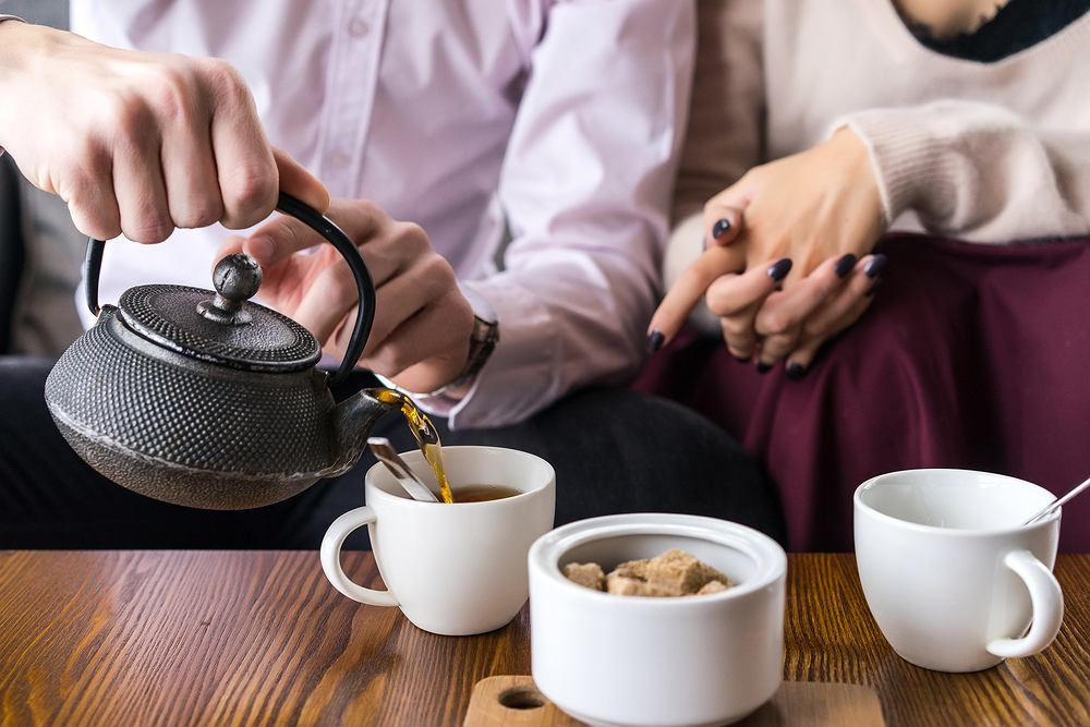 Zielona herbata zawiera dużą ilość antyoksydantów (tak zwanych polifenoli), dzięki którym skóra ma dodatkową ochronę przed niekorzystnym działaniem wolnych rodników.