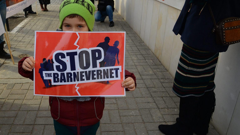 Protest przeciw działaniom Barnevernet przed norweską ambasadą w Warszawie