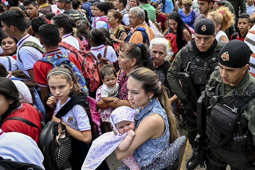 Tłum na granicznym  moście Simona Bolivara łączącym kolumbijską Cucutę i wenezuelskie San Atonio del Tachira