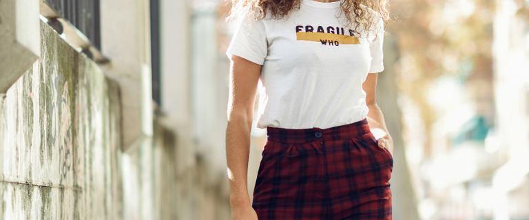 Do jakiej stylizacji pasują spodnie w kratę. Zobacz, jak je modnie nosić!