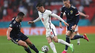 Dwóch zawodników Anglii odizolowanych od reszty ekipy.