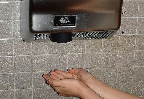 Elektryczna suszarka do rąk jest mniej higieniczna niż papierowy ręcznik