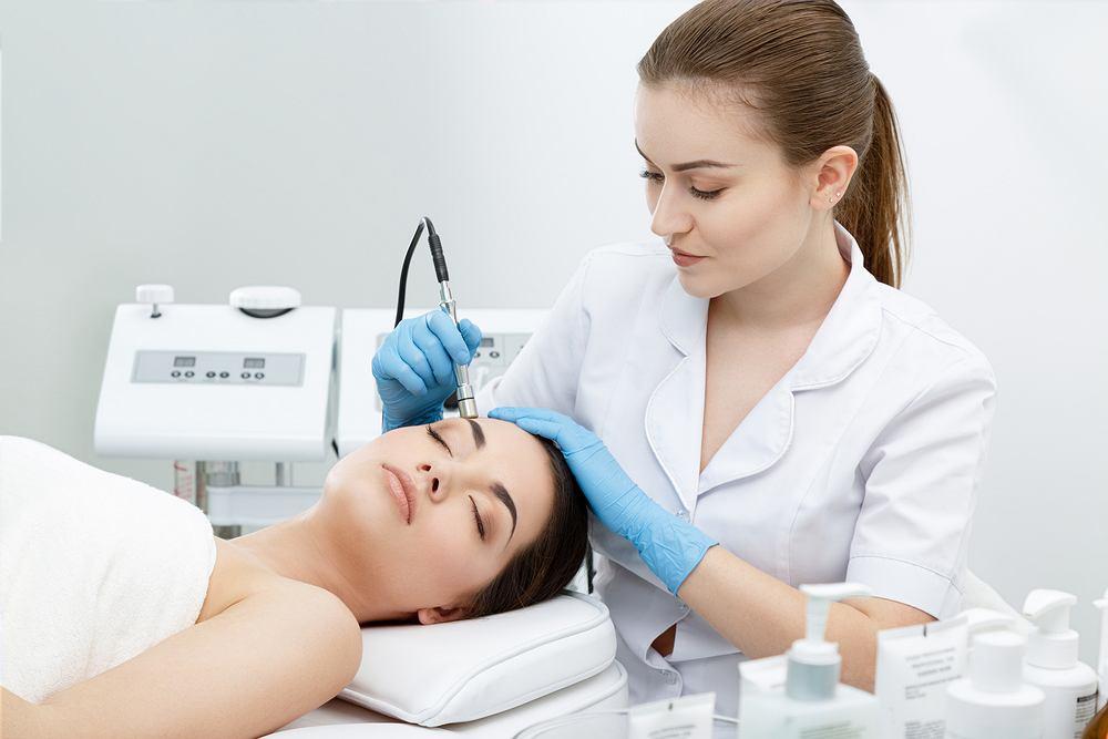 Mikrodermabrazja diamentowa jest przeznaczona przede wszystkim dla osób, których skóra jest cienka, wrażliwa i podatna na różne alergie