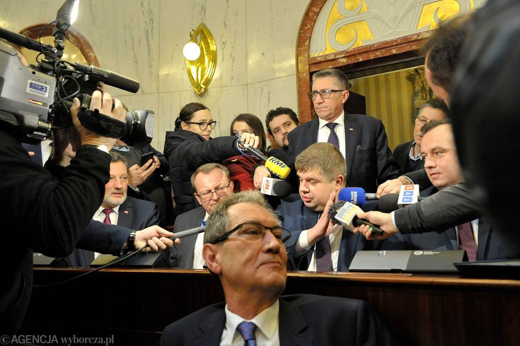 Wojciech Kałuża (w środku, zasłania mikrofon) podczas pierwszego posiedzenie Sejmiku Śląskiego, Katowice, 24 listopada 2018.