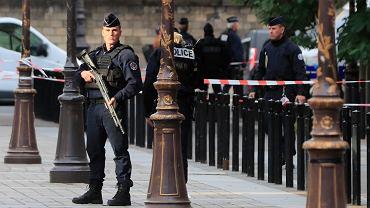 Francja. Atak nożownika na francuskich policjantów