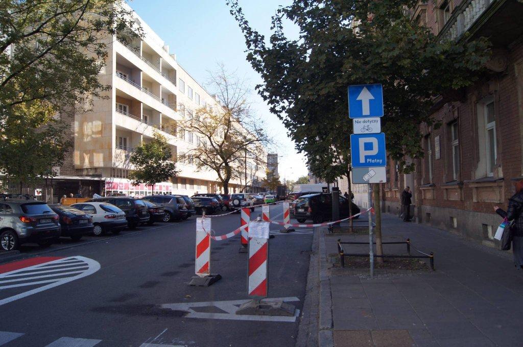 Przy wjeździe na Wiejskiej pod znakiem 'Droga jednokierunkowa' pojawiła się tabliczka 'Nie dotyczy rowerów'.