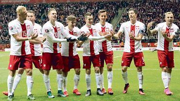 Tak cieszyli się Polacy po golu Lewandowskiego na 2:1. Tzw. kołyska dla urodzonej tydzień temu córeczki Mączyńskiego