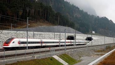 Tunel kolejowy Gotthard - 57 kilometrów wydrążone w skałach między Erstfeld i Pollegio w Szwajcarii. Budowę zaczęto w 1999r, formalnie otwarto go w czerwcu, pierwsze regularne kursy pociągów zaczęły się w niedzielę 11 grudnia 2016