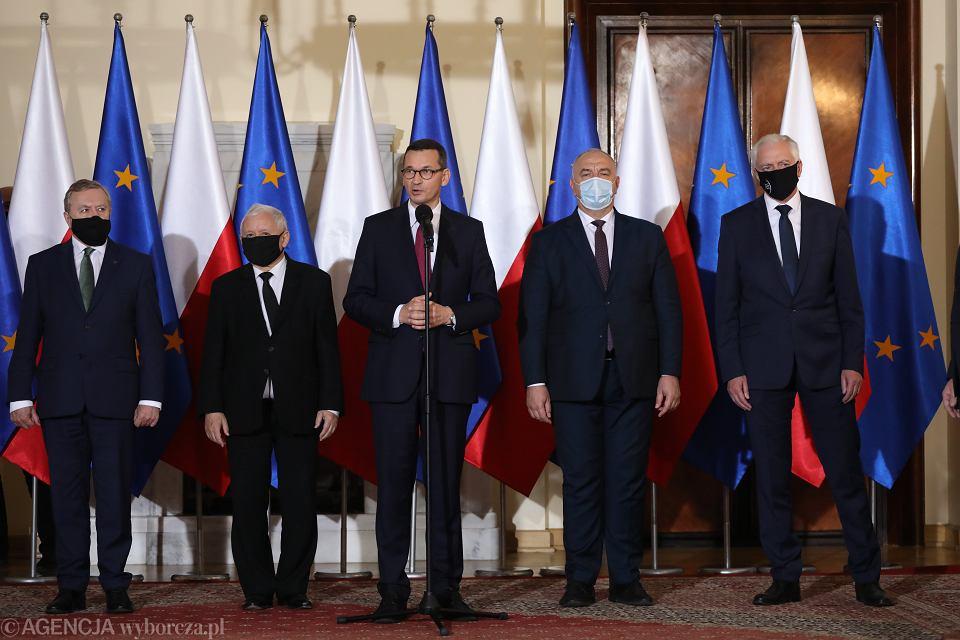Na zdjęciu od lewej: Piotr Gliński, Jarosław Kaczyński, Mateusz Morawiecki, Jacek Sasin i Jarosław Gowin podczas konferencji prasowej na której zostaną przedstawione zmiany w rządzie, 30.09.2020